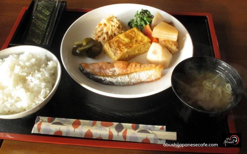 การเดินทางของ Abushi เที่ยวญี่ปุ่น อาหารแบบญี่ปุ่น แซลมอนย่าง